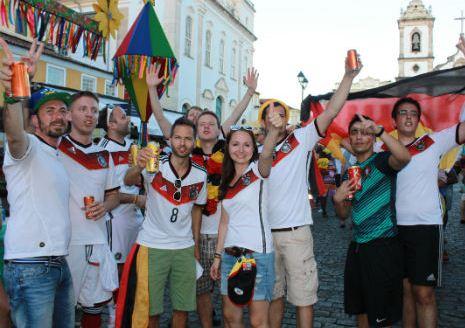 Torcida alemã comemora goleada no Pelourinho/Foto Romildo de Jesus (Tribuna da Bahia)