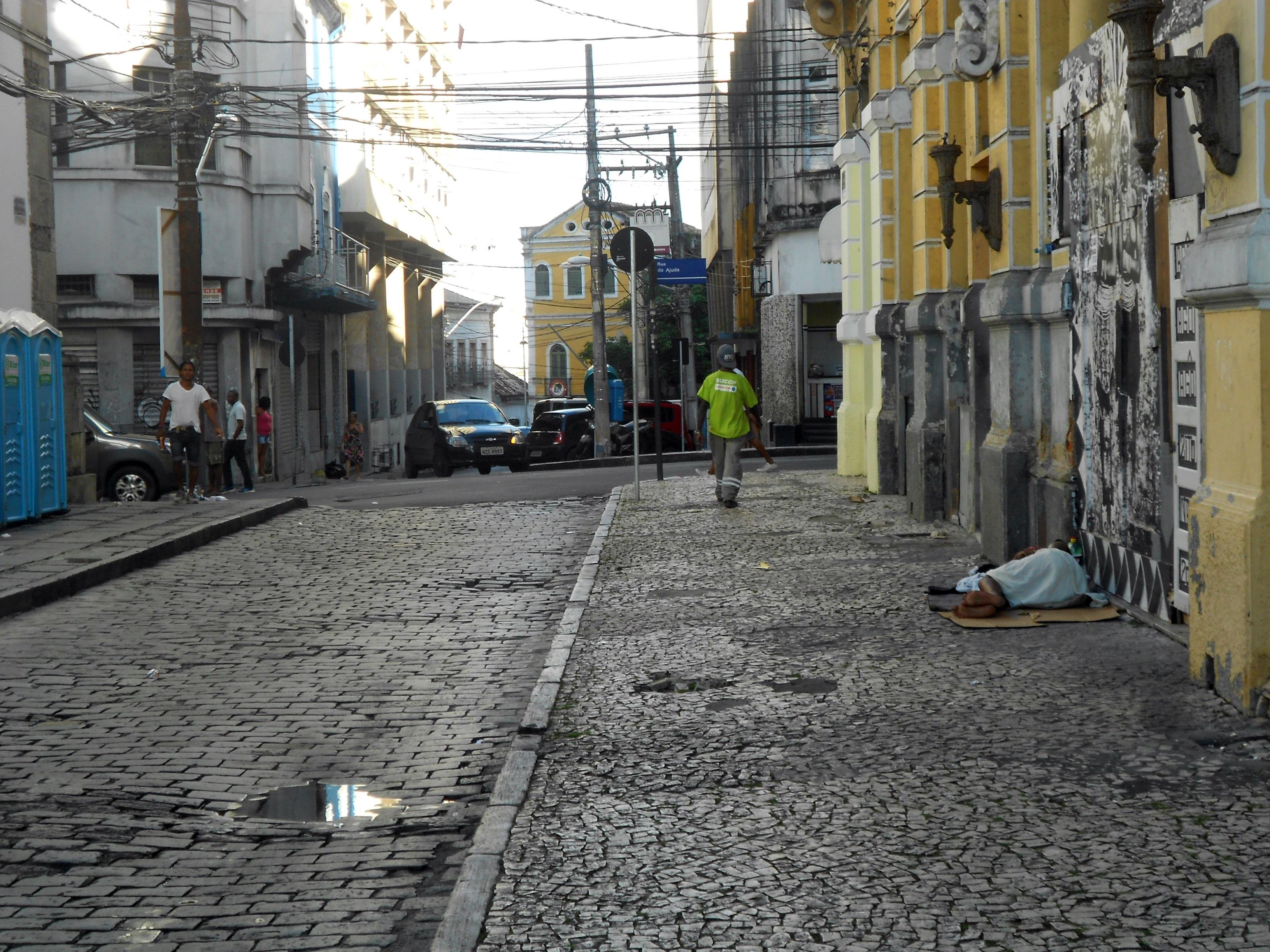 Enquanto os turistas promoviam a festa, pessoas em situação de rua pintavam outra paisagem/Foto: Joseanne Guedes/ABI