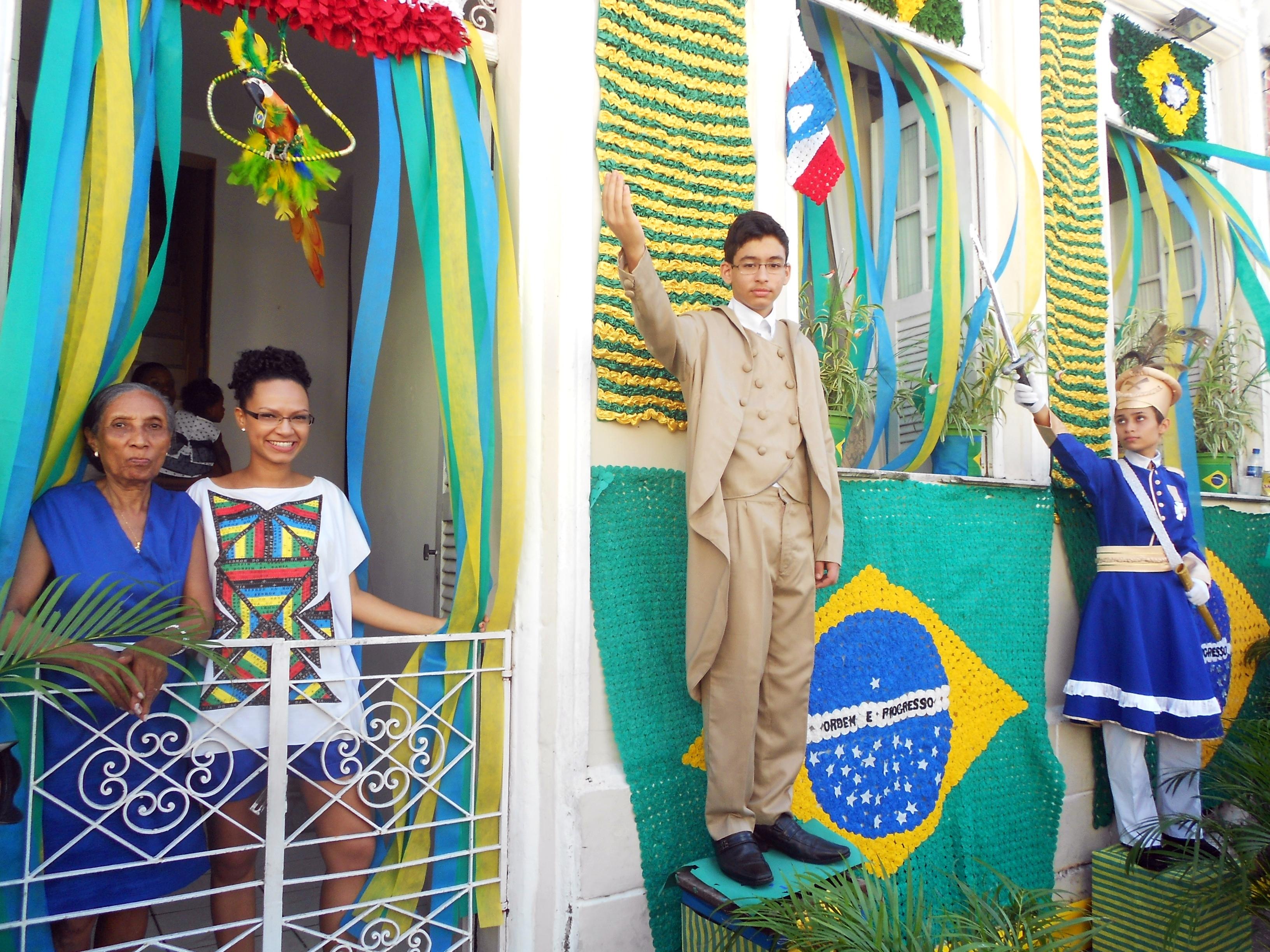 D. Maria de São Pedro e sua filha Nea Santttana exibem orgulhosas sua fachada decorada com as cores da Bahia e do Brasil - Foto: Joseanne Guedes/ABI