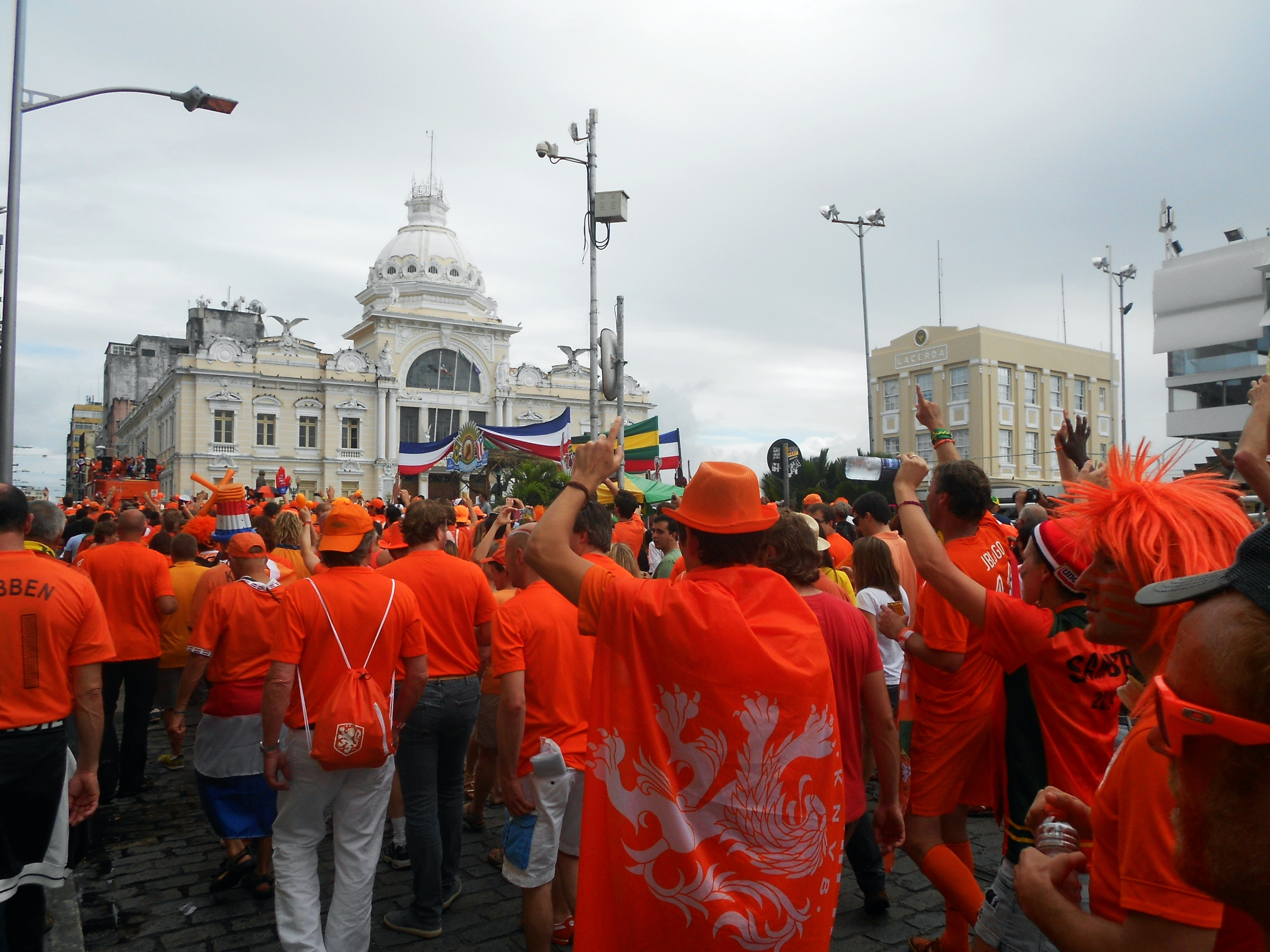 Alheia aos problemas da cidade, a torcida holandesa coloriu as ruas do Centro, no encerramento da participação da Arena Fonte Nova na Copa de 2014 - Foto: Joseanne Guedes/ABI