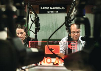 Locutores apresentam A voz do Brasil no estúdio da Rádio Nacional, em Brasília/Foto: Revista Época