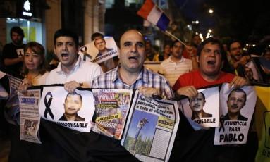 Protesto cobra justiça pela assassinato do jornalista paraguaio Pablo Medina - Foto: O Globo