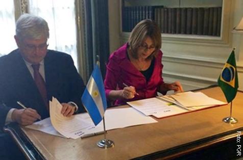 Rodrigo Janot e Alejandra Carbo, procuradora-geral da Argentina, assinam acordo para investigar cooperação entre ditaduras do Cone Sul - Foto: PGR
