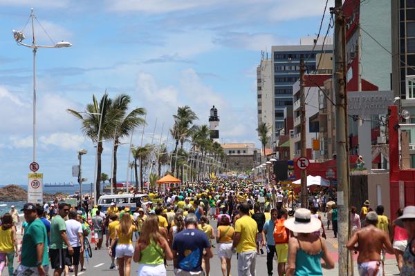 Protestos agitram o Farol da Barra, em Salvador - Foto: iG Bahia