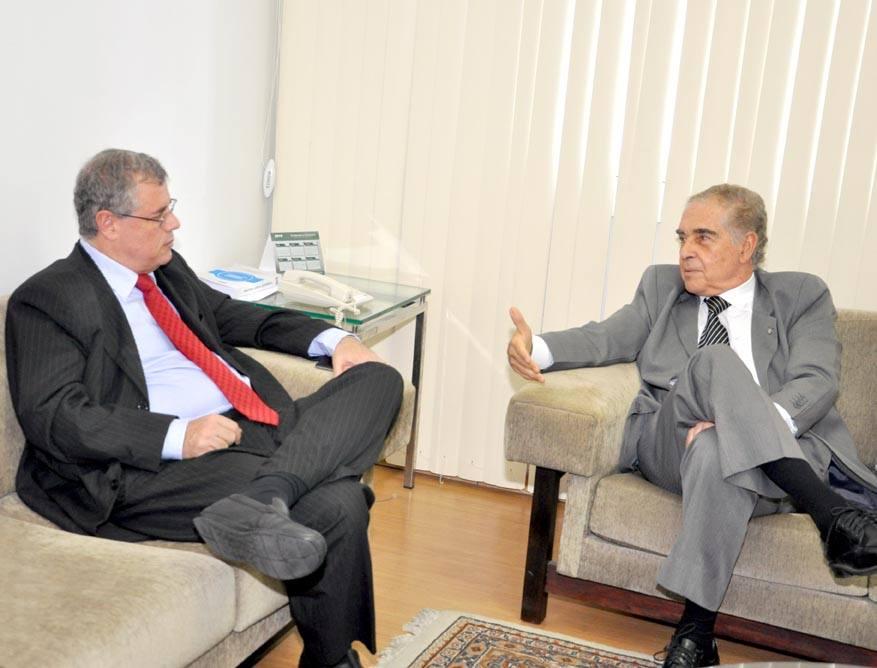 O presidente da OAB (Seção Bahia), Luiz Viana Queiroz, recebe o presidente da ABI, Walter Pinheiro - Foto: OAB/Bahia